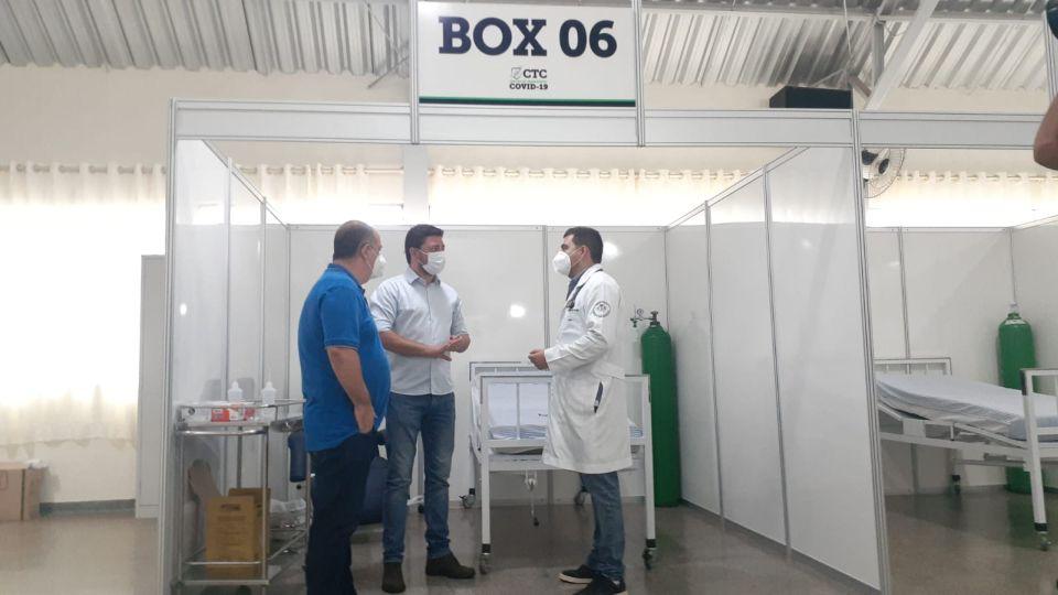 Prefeito Lauro Jr (ao centro) afirma que o hospital de campanha é para atender a dificuldade que Jandaia do Sul já tem para transferir pacientes para outras cidades.
