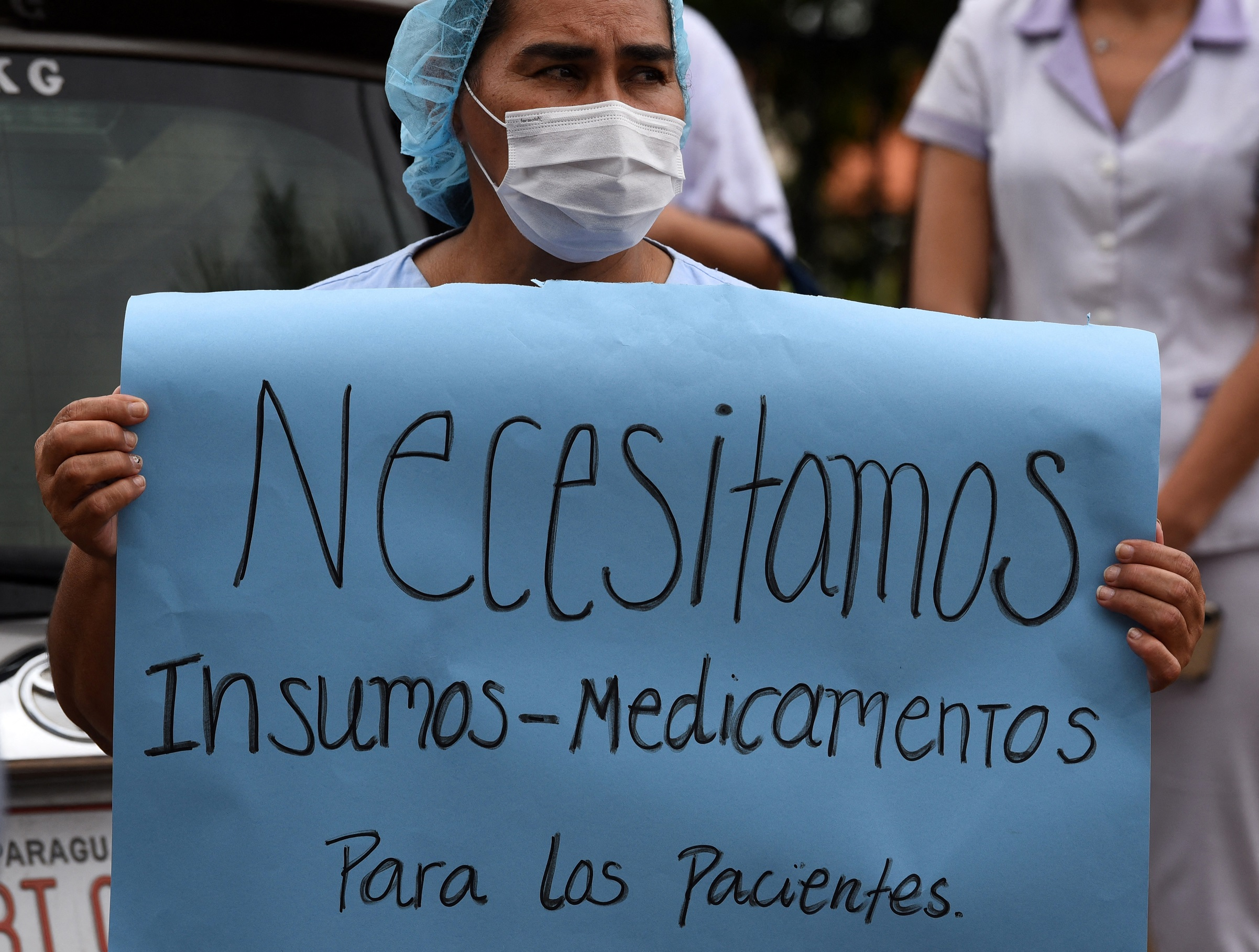 """""""Precisamos de mais remédios e suprimentos médicos para os pacientes"""", pede uma profissional da saúde durante protesto em 4 de março, em frente ao Hospital das Clínicas de San Lorenzo   Foto: Norberto DUARTE/AFP"""