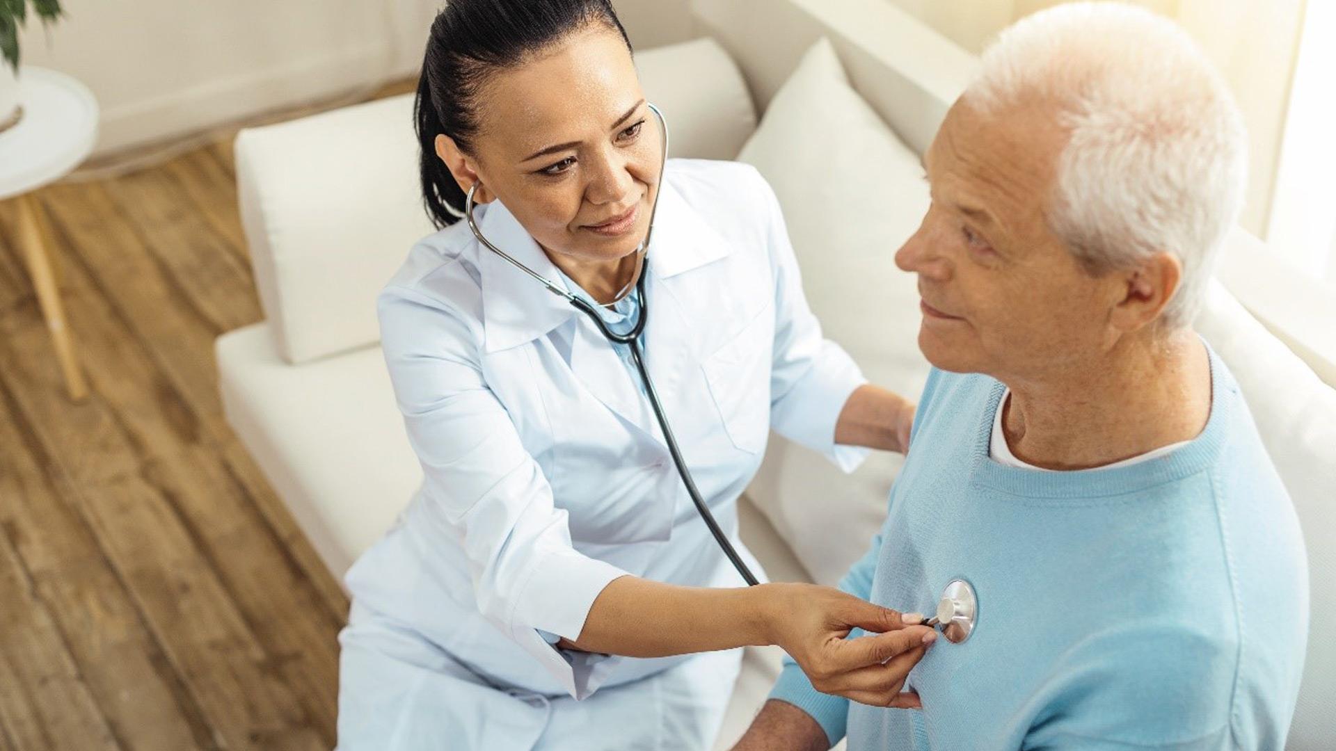 Cuidados médicos, rotina, interação e atenção de familiares e amigos são itens que melhoram a saúde dos idosos na pandemia.
