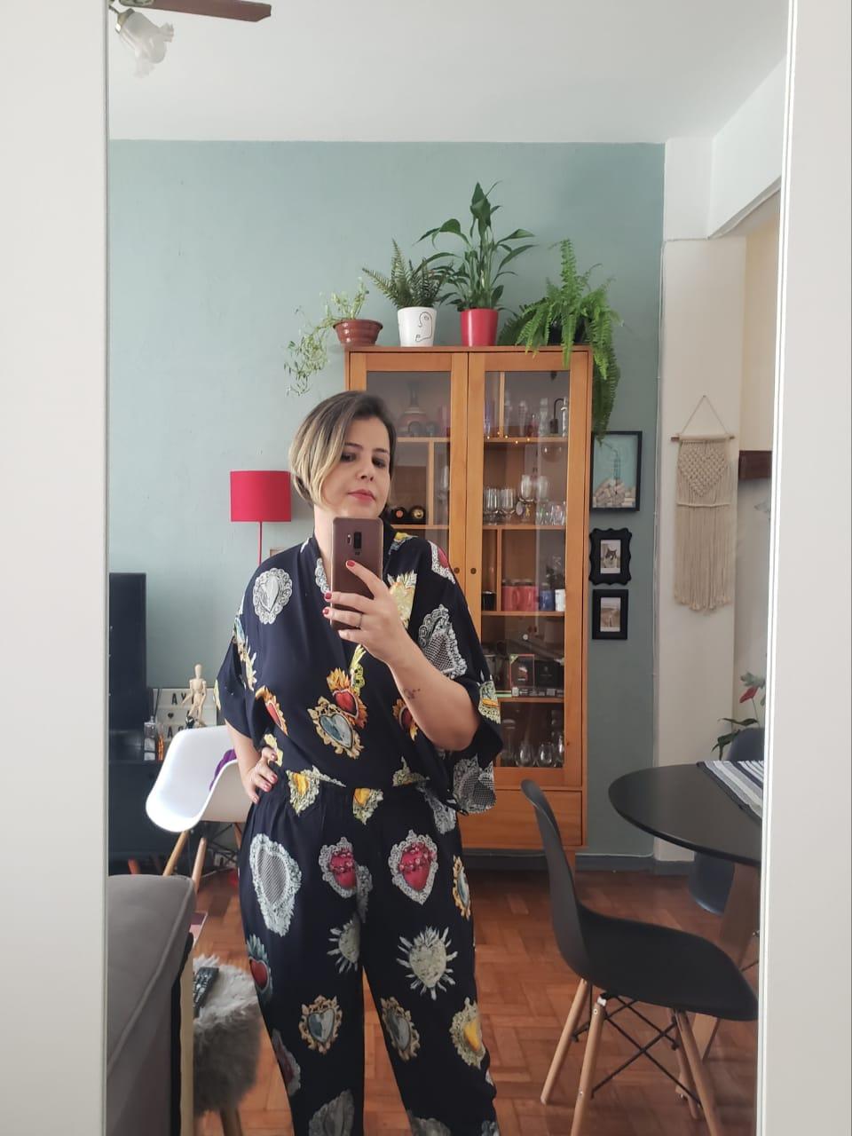 A professora Pri Almeida na sala de seu apartamento, no bairro do Flamengo. Foto: Pri Almeida/Arquivo pessoal