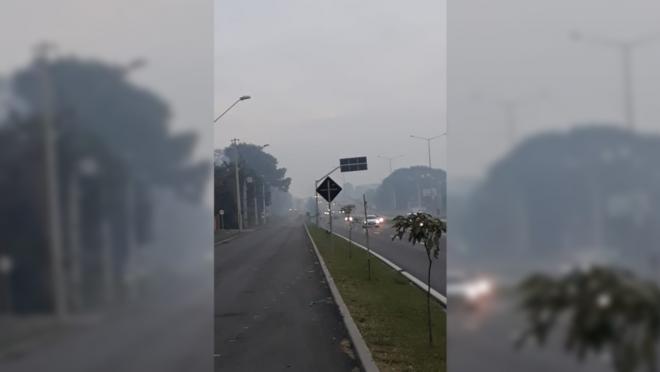 Névoa densa e forte cheiro de fumaça assustam moradores de Curitiba