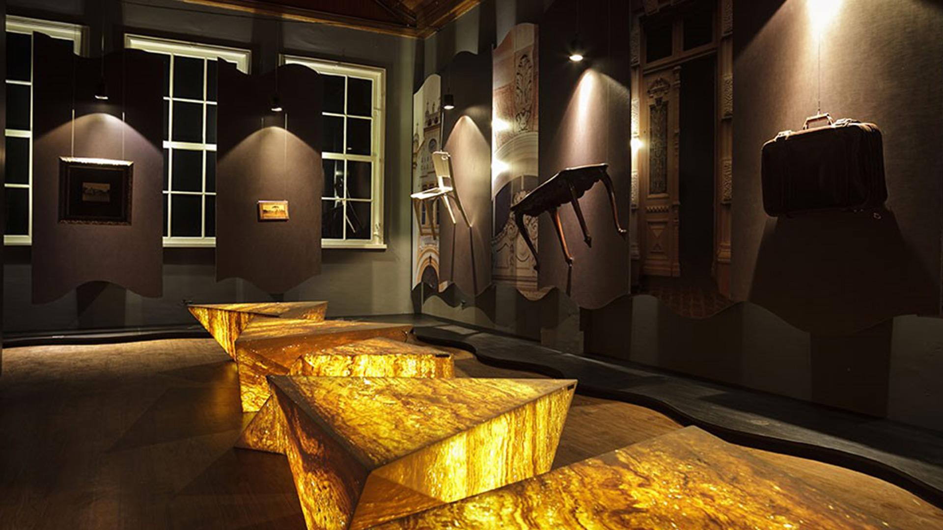 Itens de decoração também podem ganhar revestimento de rochas ornamentais. Na imagem, composição da arquiteta Katalin Stammer.