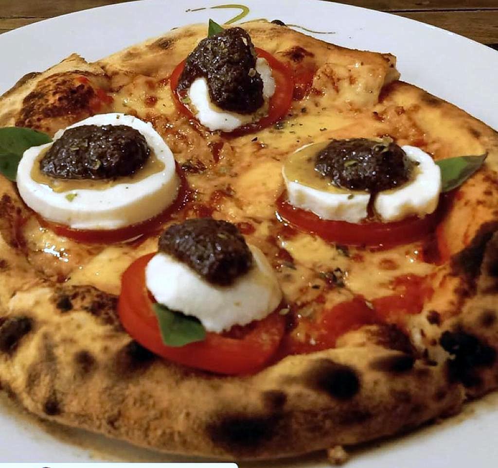 Pizza caprese individual.