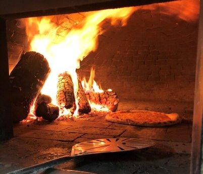 Apesar de estar estabelecida em um shopping, a Acqua & Farina tem forno a lenha.