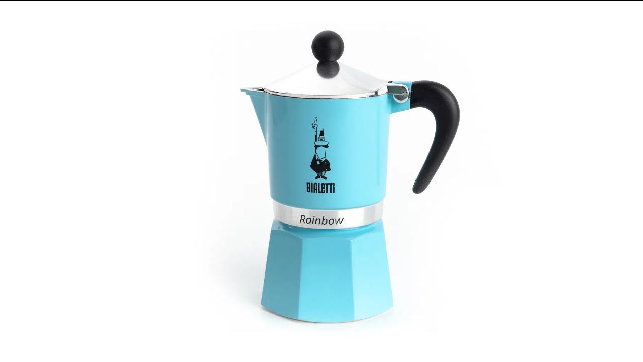 Na cafeteira italiana, a água deve ser colocada até a válvula. Foto: Divulgação