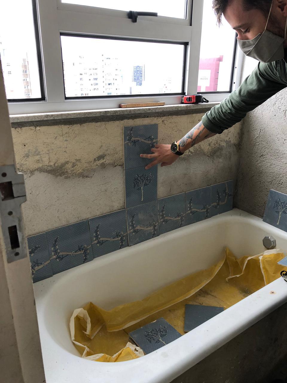 Os azulejos originais foram retirados para a reforma hidráulica. Foto: Estúdio A/R.