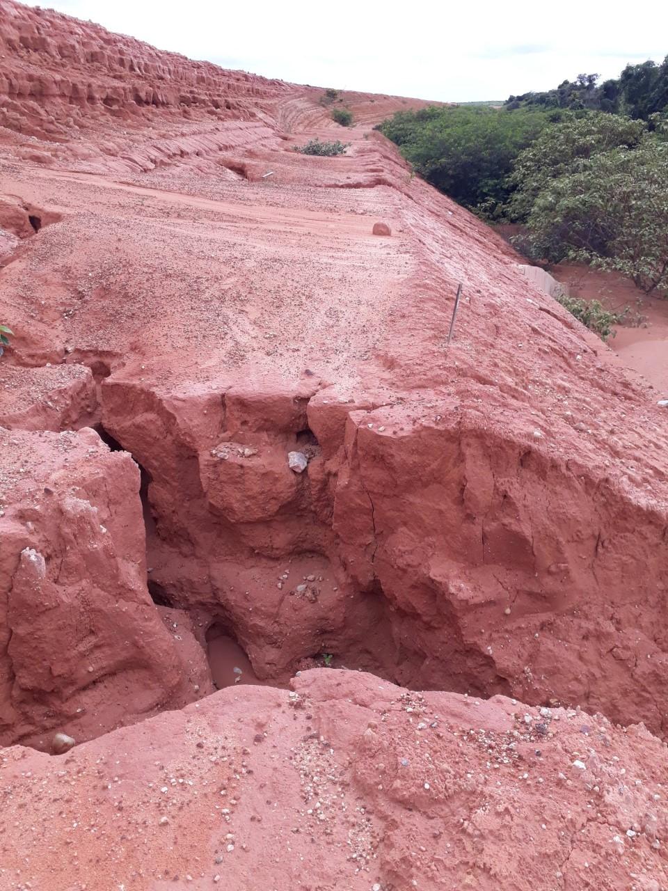 Crateras em aterro de trecho da Ferrovia Transnordestina abandonado há mais de cinco anos. DJ/Magnata
