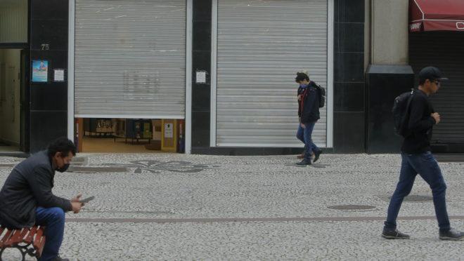 Comércio fechado em Curitiba por causa do lockdown.