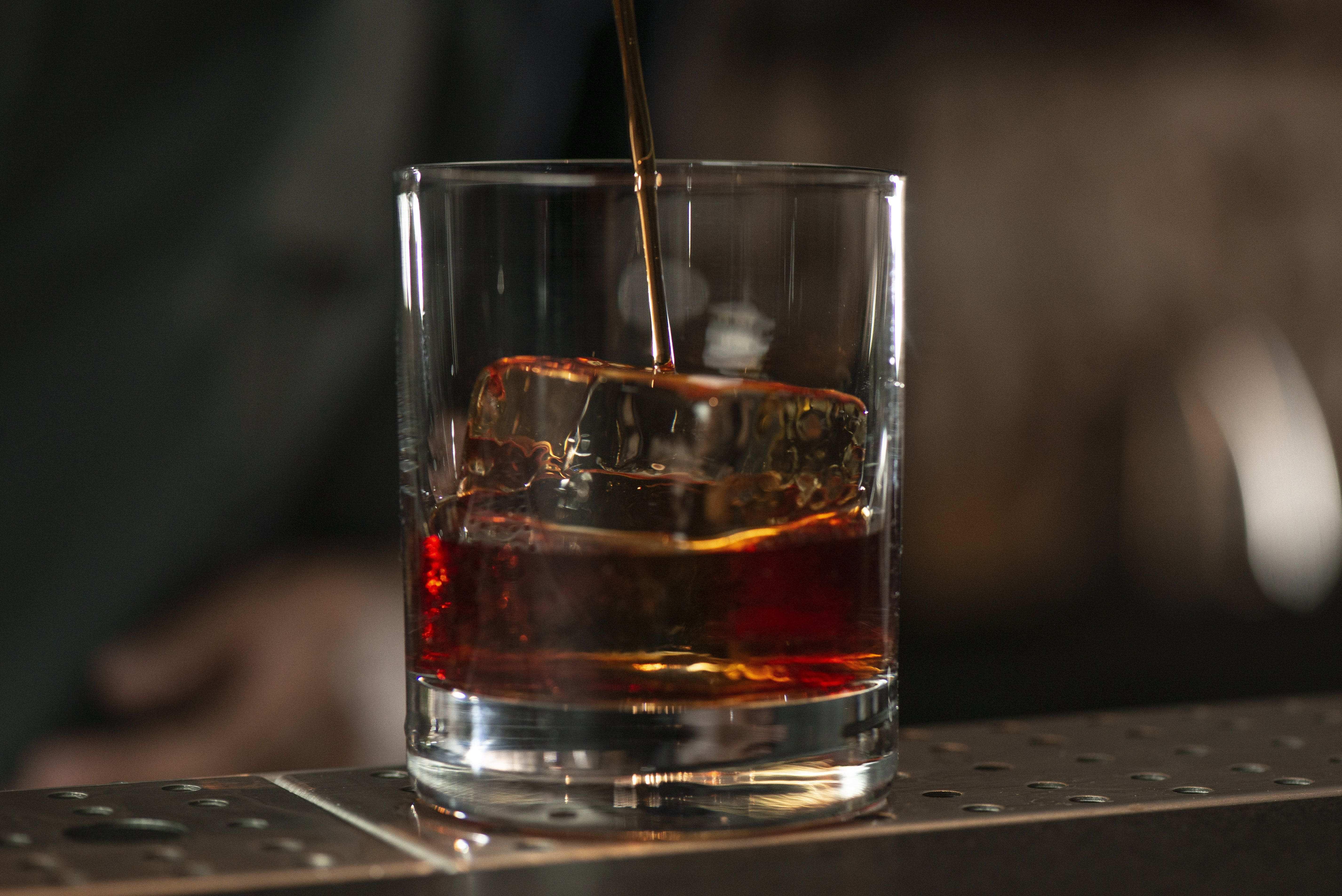 O Negroni personalizado do bartender e mixologista Zé Zwaiger também pode ser incluído no pedido do take away.