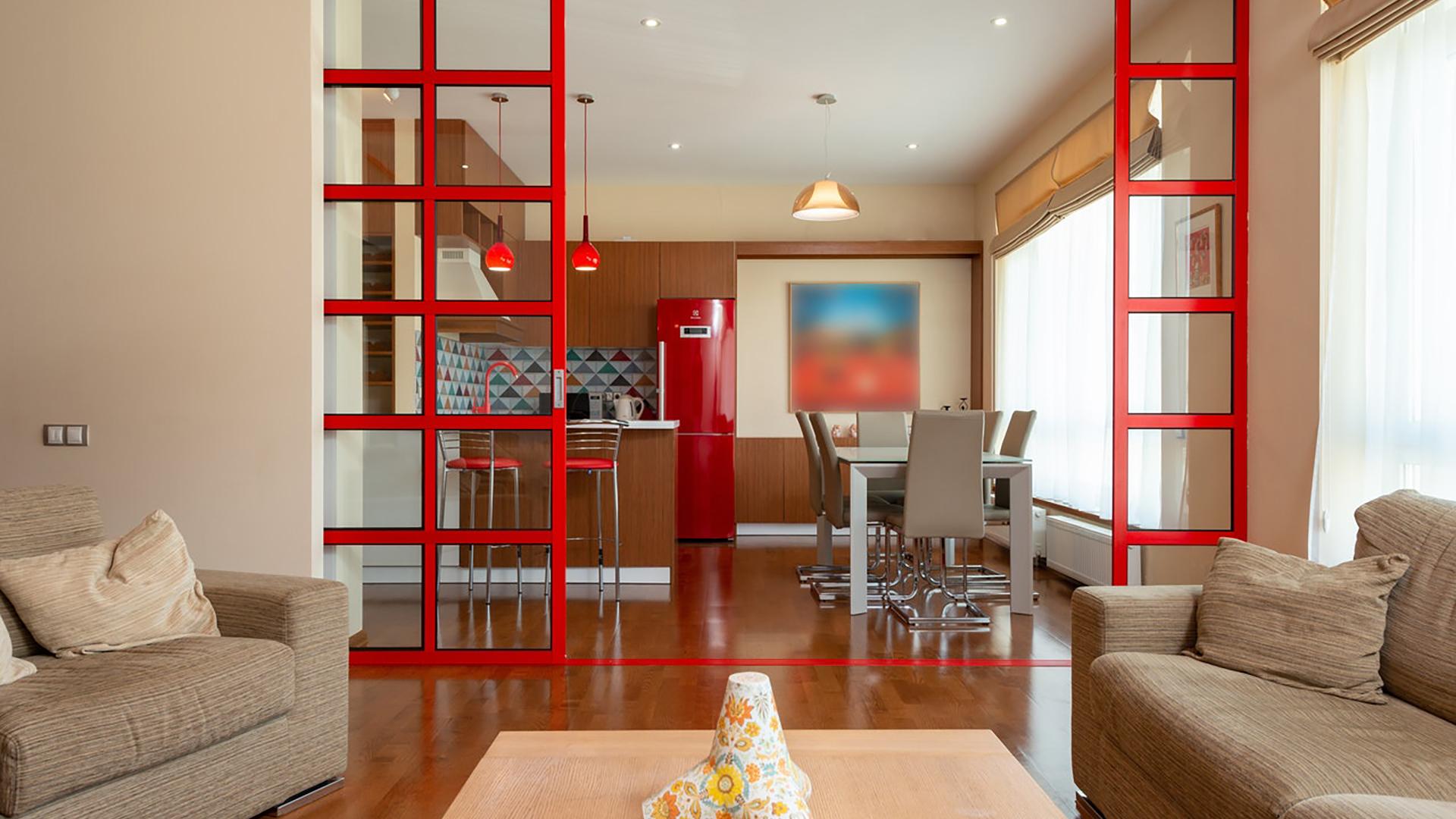 Portas de correr em vidro ou madeira, painéis dobráveis e outras divisórias tornam ambientes flexíveis, permitindo tanto a integração quanto o isolamento