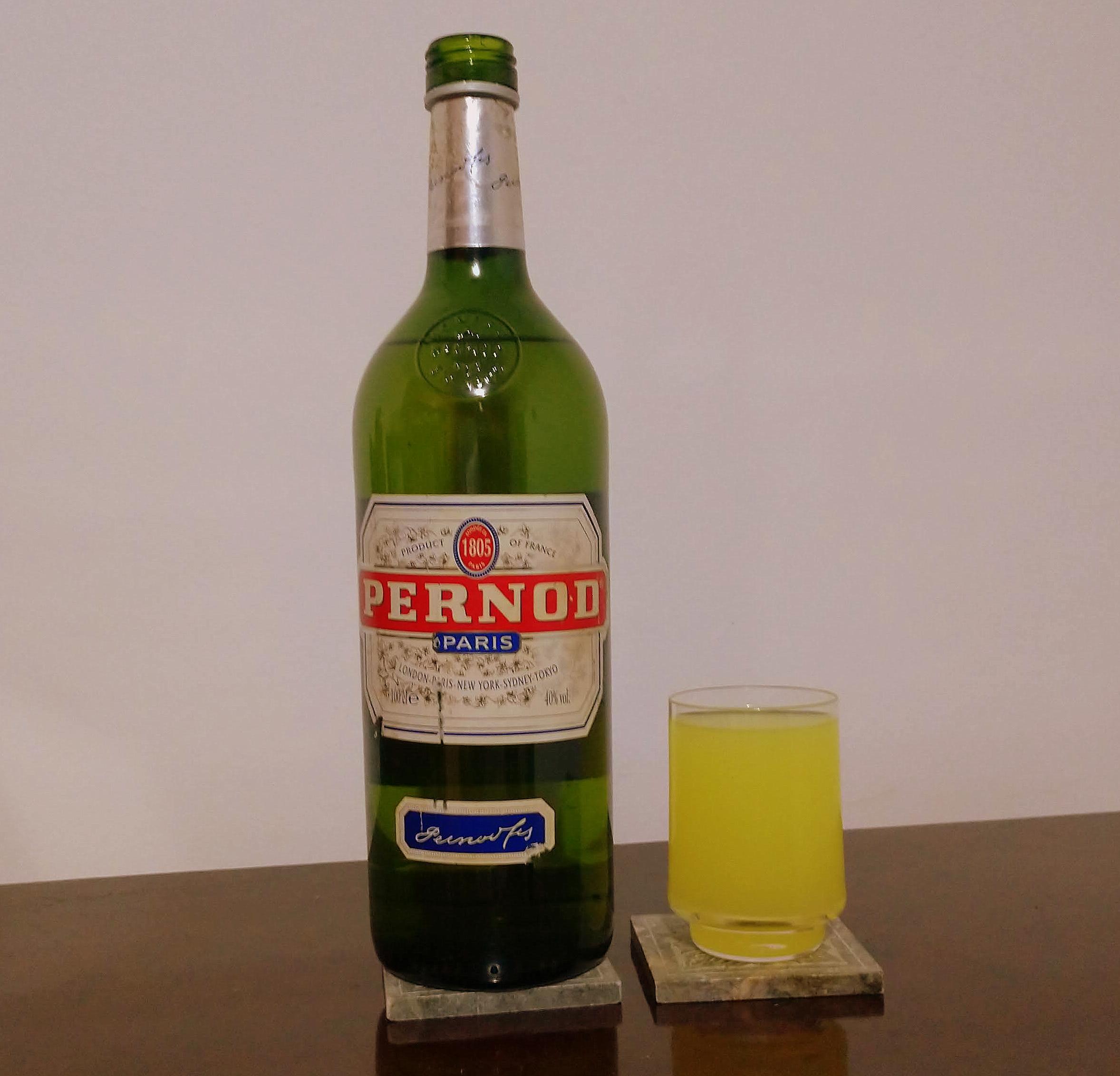 Uma medida de Pernod e quatro de água e gelo. Está feito um drinque de entrada.