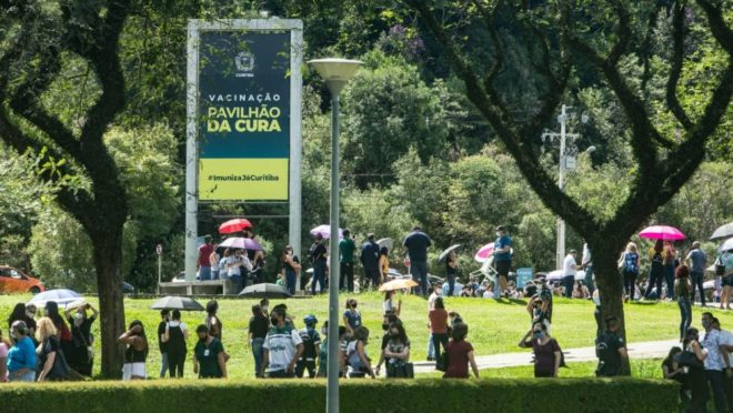 Fila de vacinação da Covid-19 no Parque Barigui.