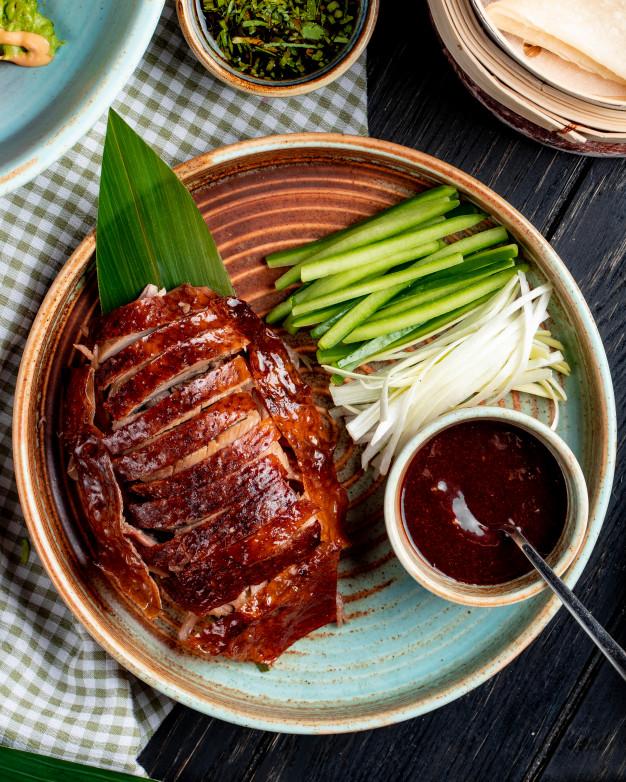 """Pato laqueado, com gordura no ponto, douradinho a ponto de brilhar é o prato anunciado por muitos como """"o prato de Beijing"""""""