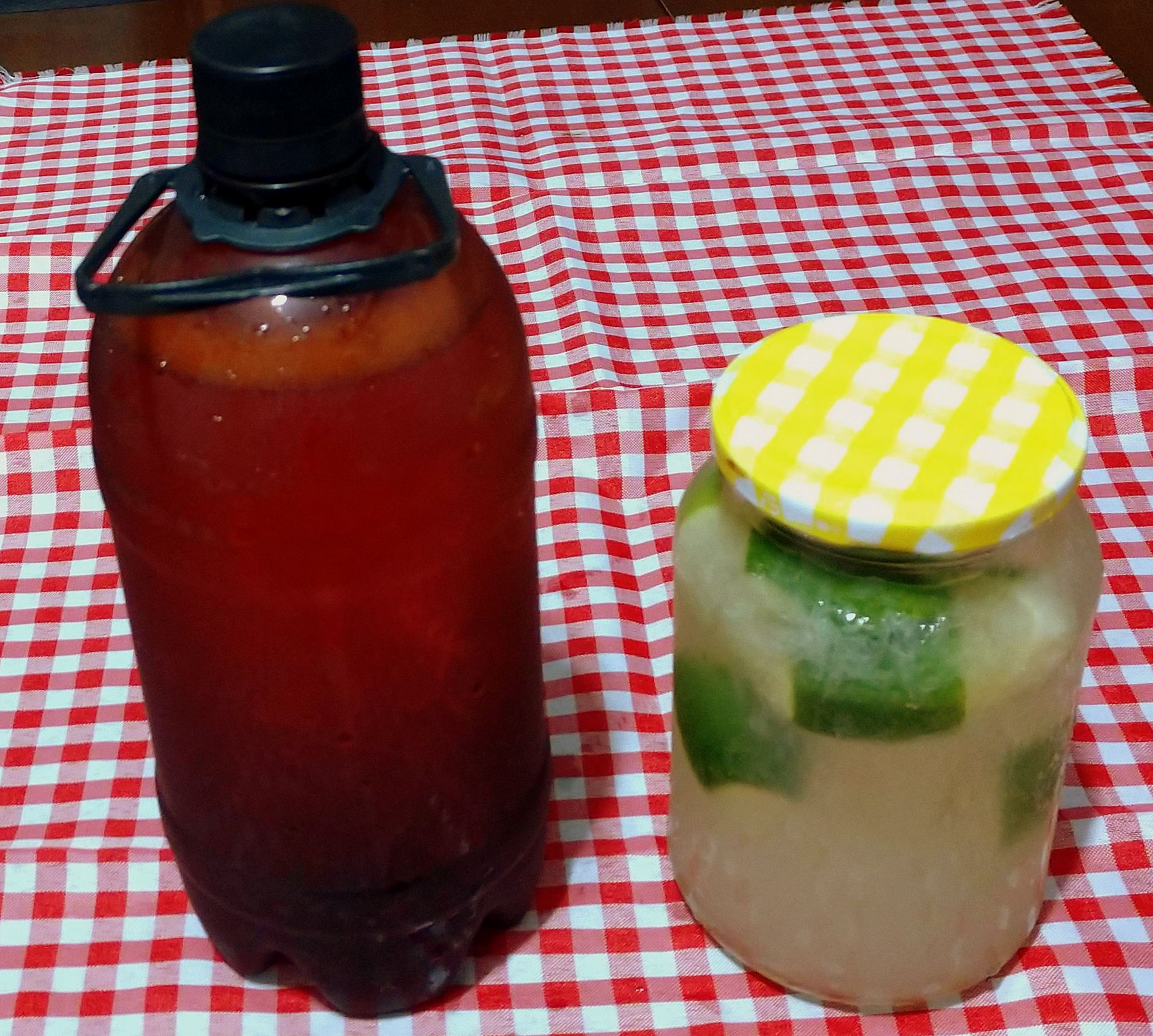 Para beber, growler de chope e pote de caipirinha.