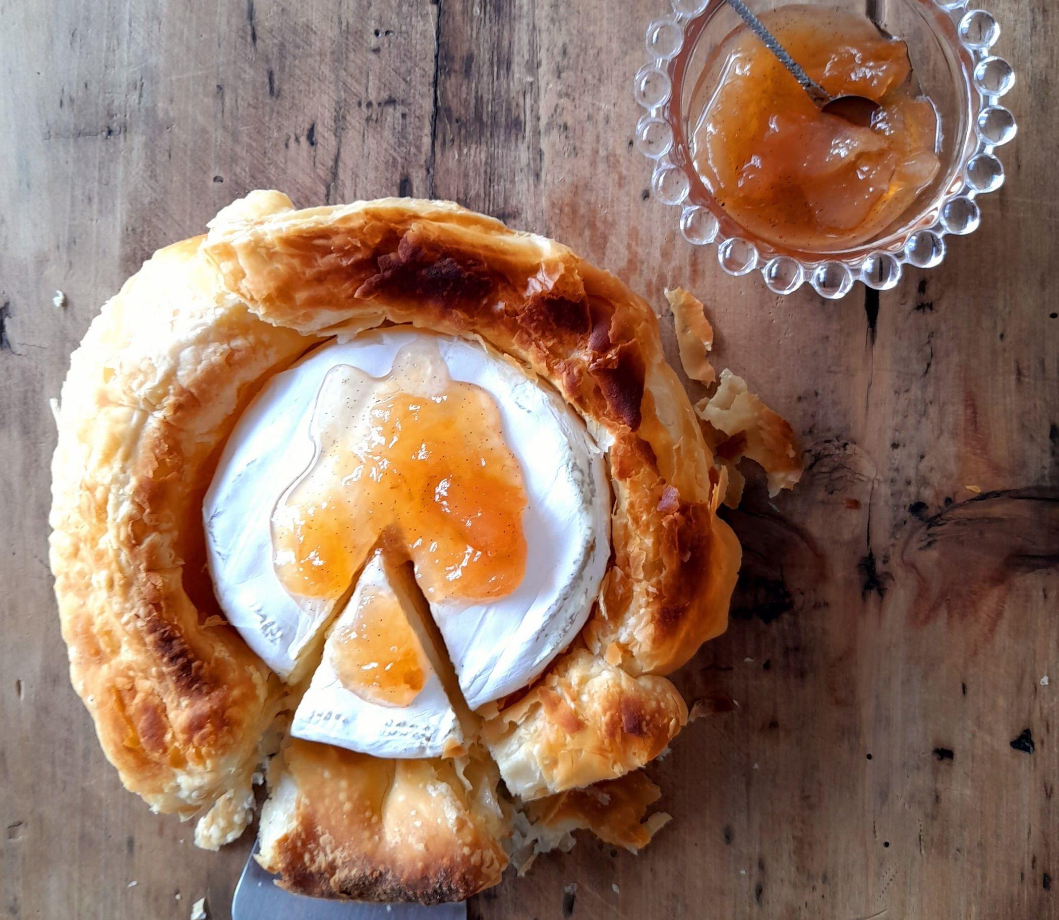 Camembert folhado com geleia de pera e baunilha Bourbon, do Empório Rosmarino.