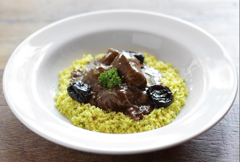 Tajine de Cordeiro do L´Epicerie: um pernil de cordeiro cozido lentamente em molho ras el hanout, ameixas, amêndoas e couscous marroquino.