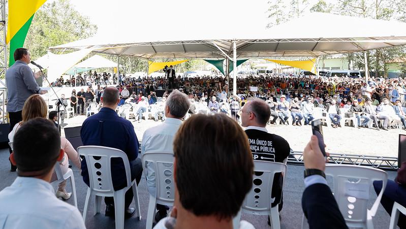 Na apresentação de projeto de ponte em Pariquera-Açu, houve aglomeração de cerca de duas mil pessoas. Foto/Carolina Antunes