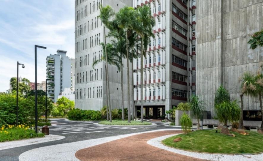 Parte da praça privativa com jardins assinados por Burle Marx em edifício de São Paulo.