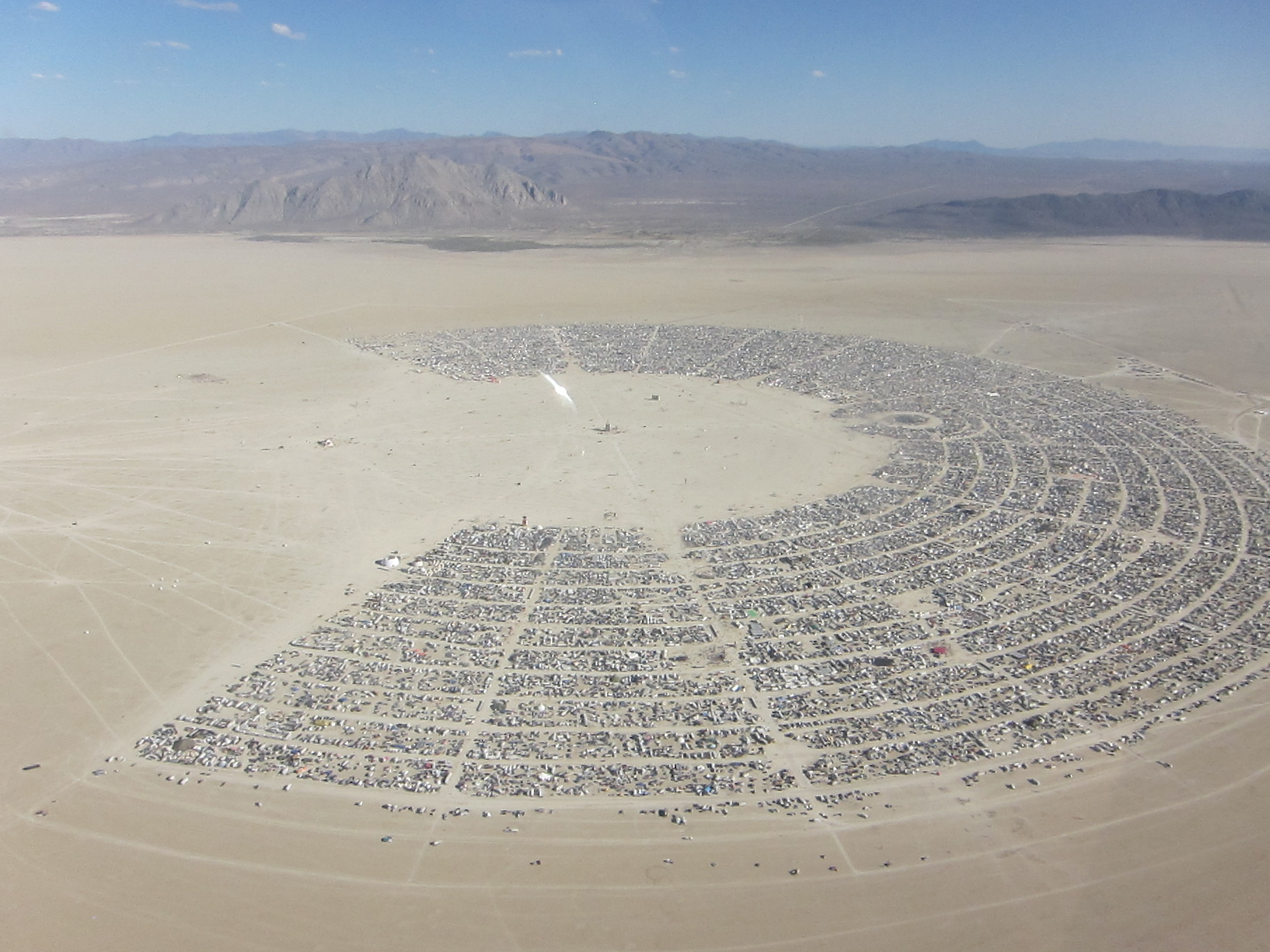Vista aérea da playa, galeria a céu aberto, do festival Burning Man no meio do deserto de Nevada.