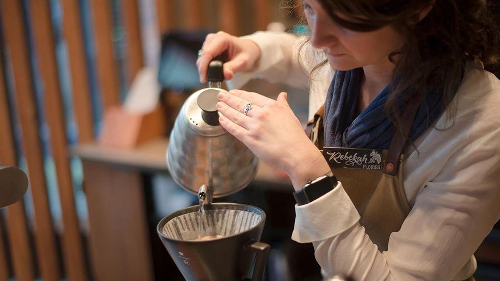 Com preparos e grãos especiais, mixatos ou puros, na xícara, o café  para muitos chineses é mais que o mais forte concorrente do chá, é a união de gerações!
