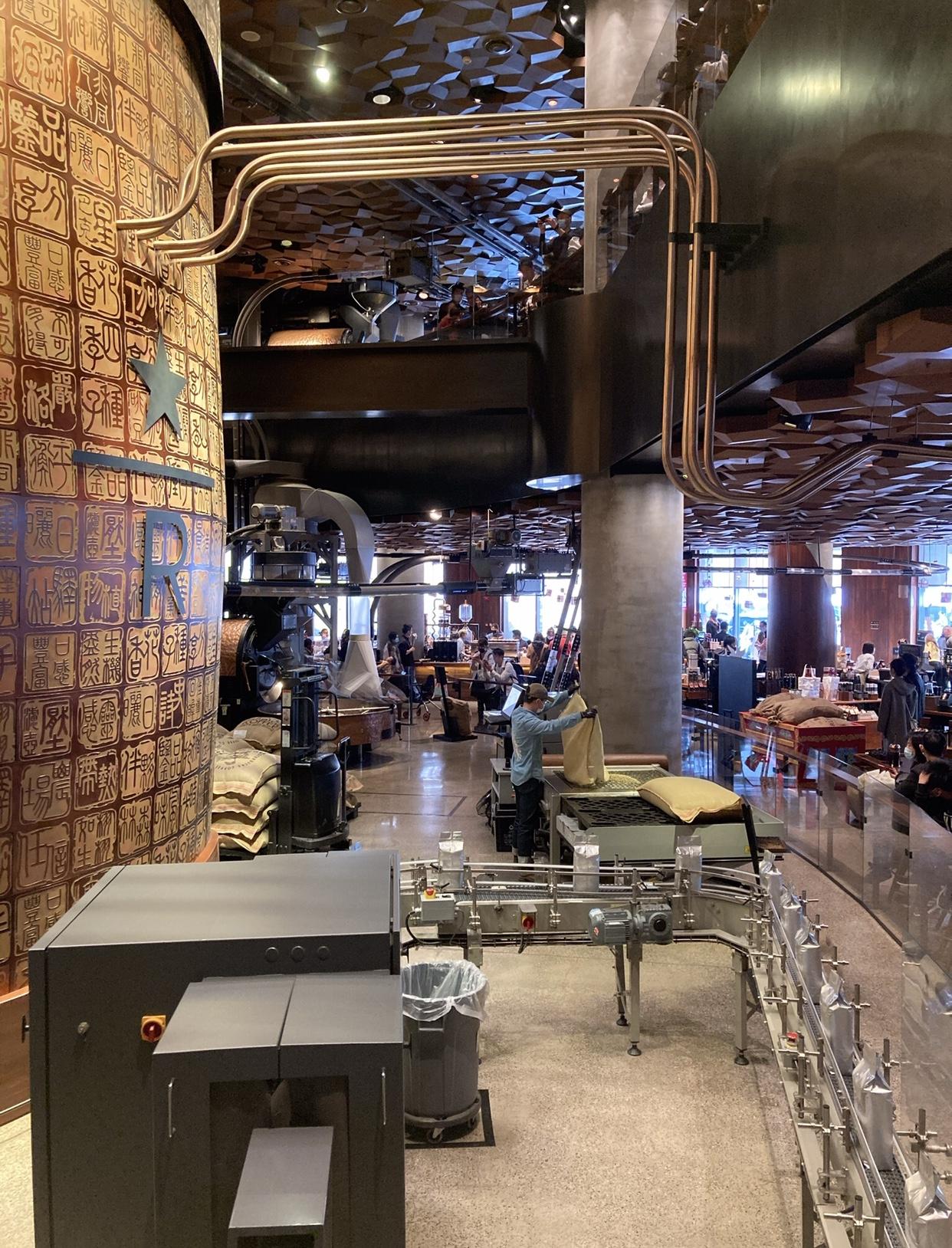 Inaugurada em dezembro de 2017, a Starbucks Reserve Roastery, fica na Nanjing Road, centrão da cidade, no agito, onde muitos a reconhecem com um dos centros de atrações