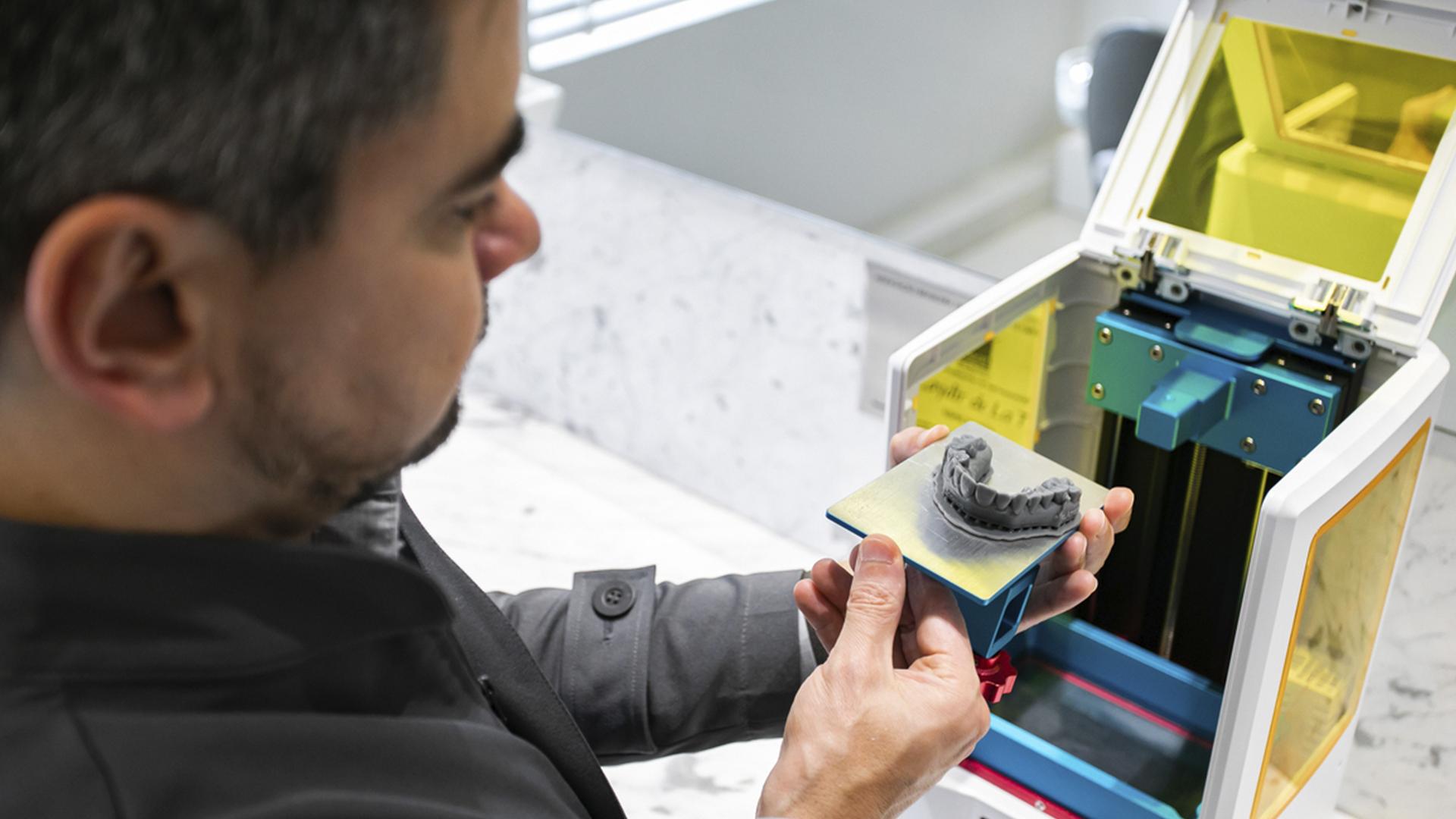 A impressora 3D permite o planejamento do tratamento dentário mais adequado para cada paciente.