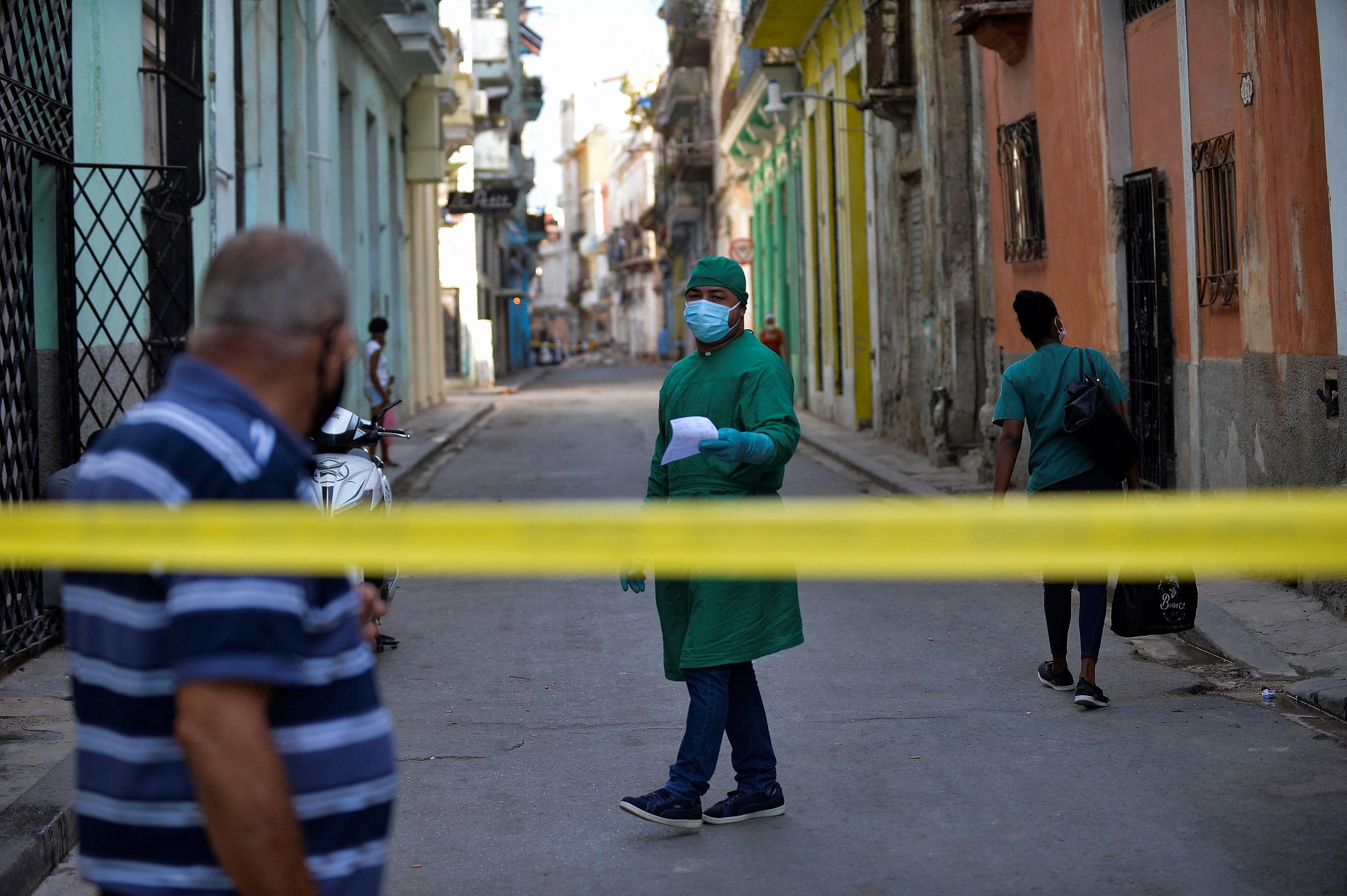 Um trabalhador de saúde caminha por uma rua isolada depois que casos de coronavírus foram detectados em Havana, em 7 de abril de 2021   FOTO: YAMIL LAGE / AFP