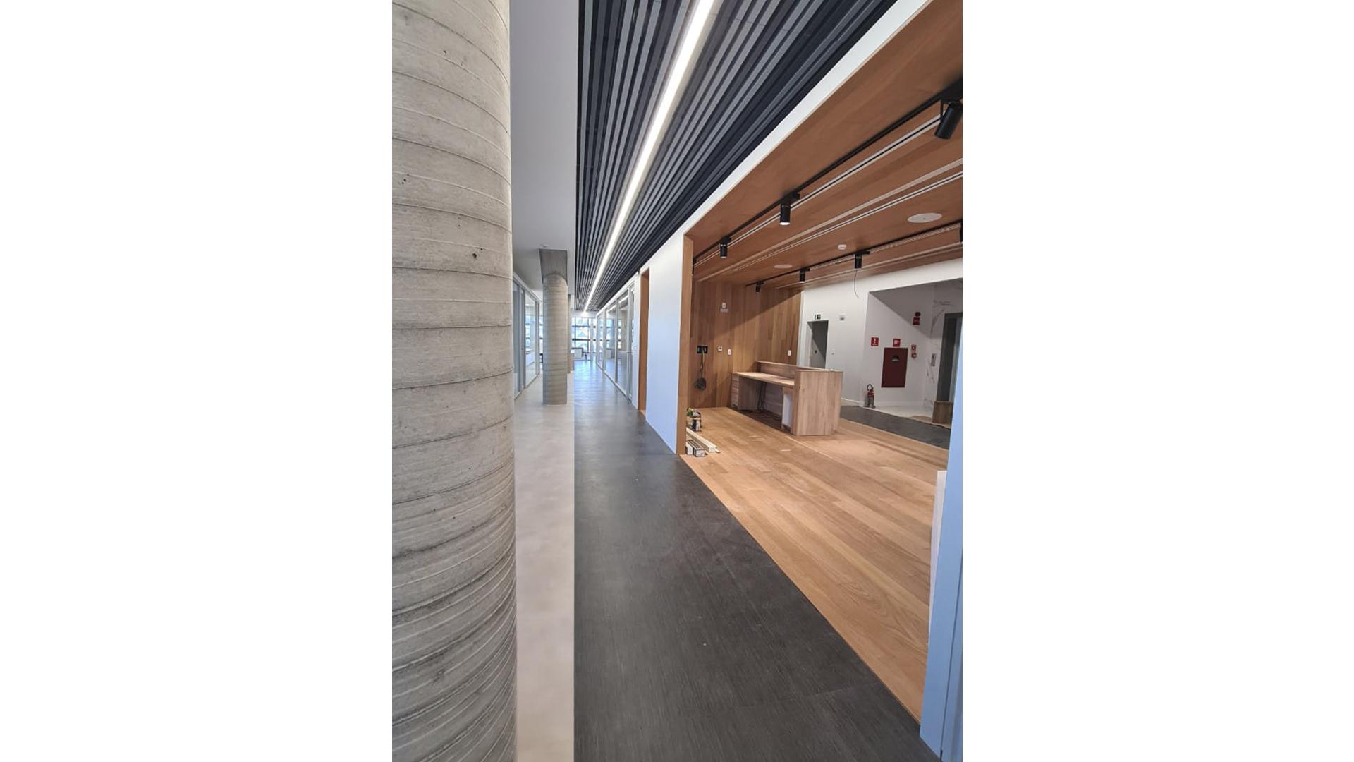 A escolha da madeira depende do uso que será dado a ela, o que deve considerar tanto o estilo e a função do ambiente quanto a aplicação do material (se integrará a estrutura, o revestimento ou um móvel).
