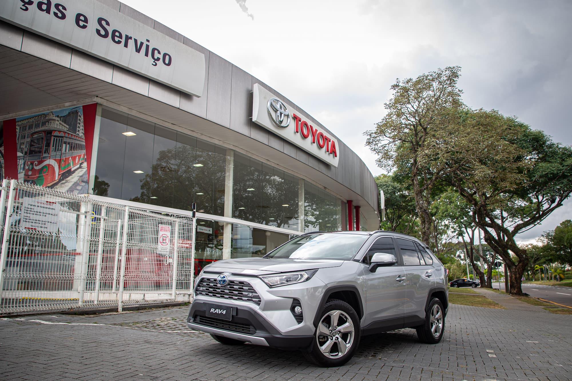 O RAV4 é um dos carros híbridos no showroom da Toyota no Brasil.