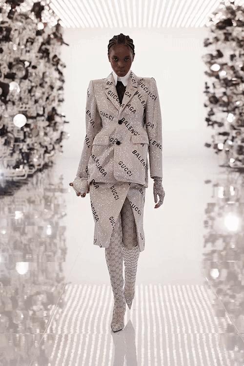 A coleção tem peças que estampam tanto o logo da Gucci quanto da Balenciaga. (crédito: Kevin Tachman).