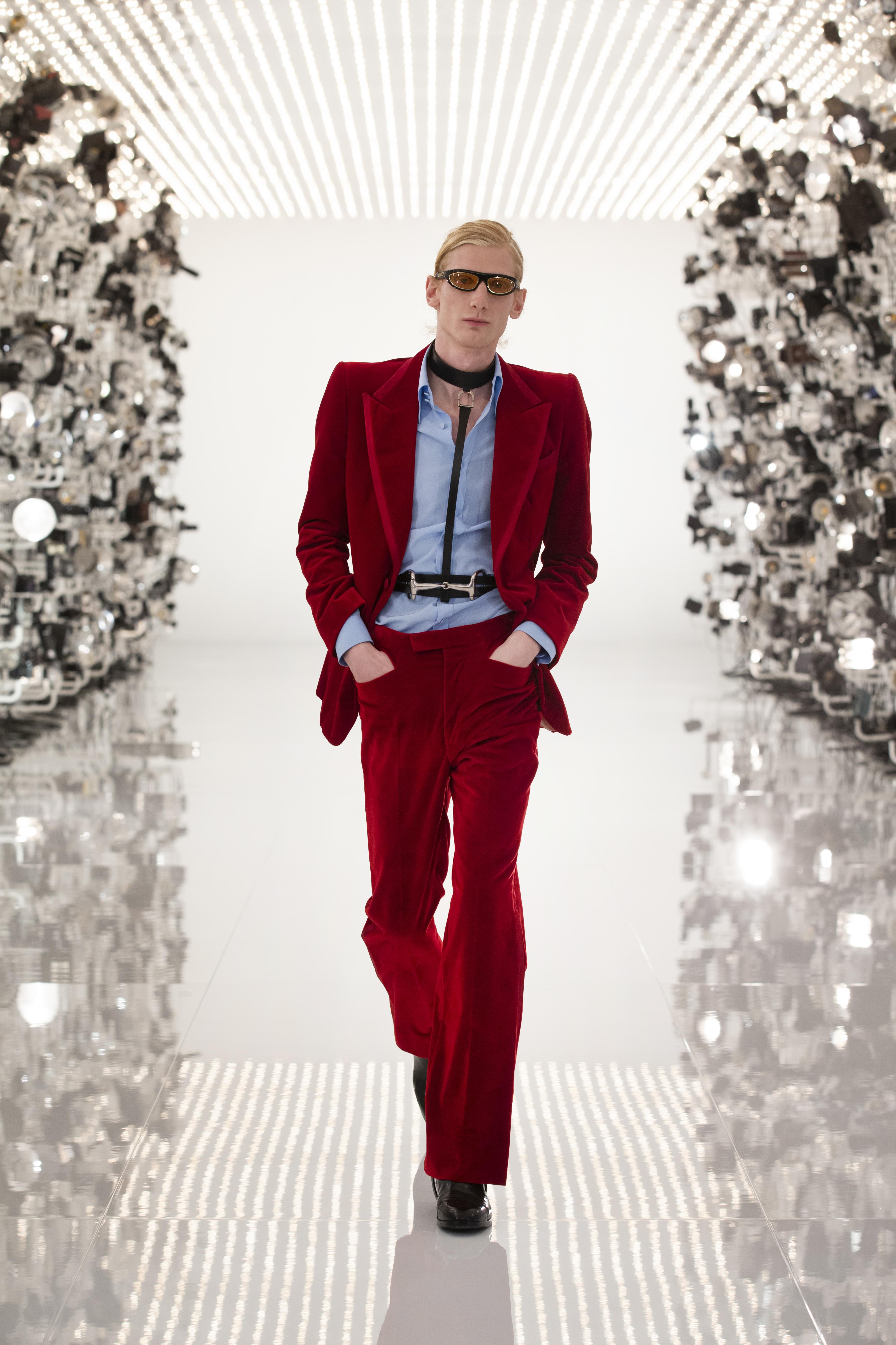 O terno de veludo vermelho usado por Gwyneth Pawtrol em 1996 foi uma das referencias da Gucci. (crédito: Greg Avenel).
