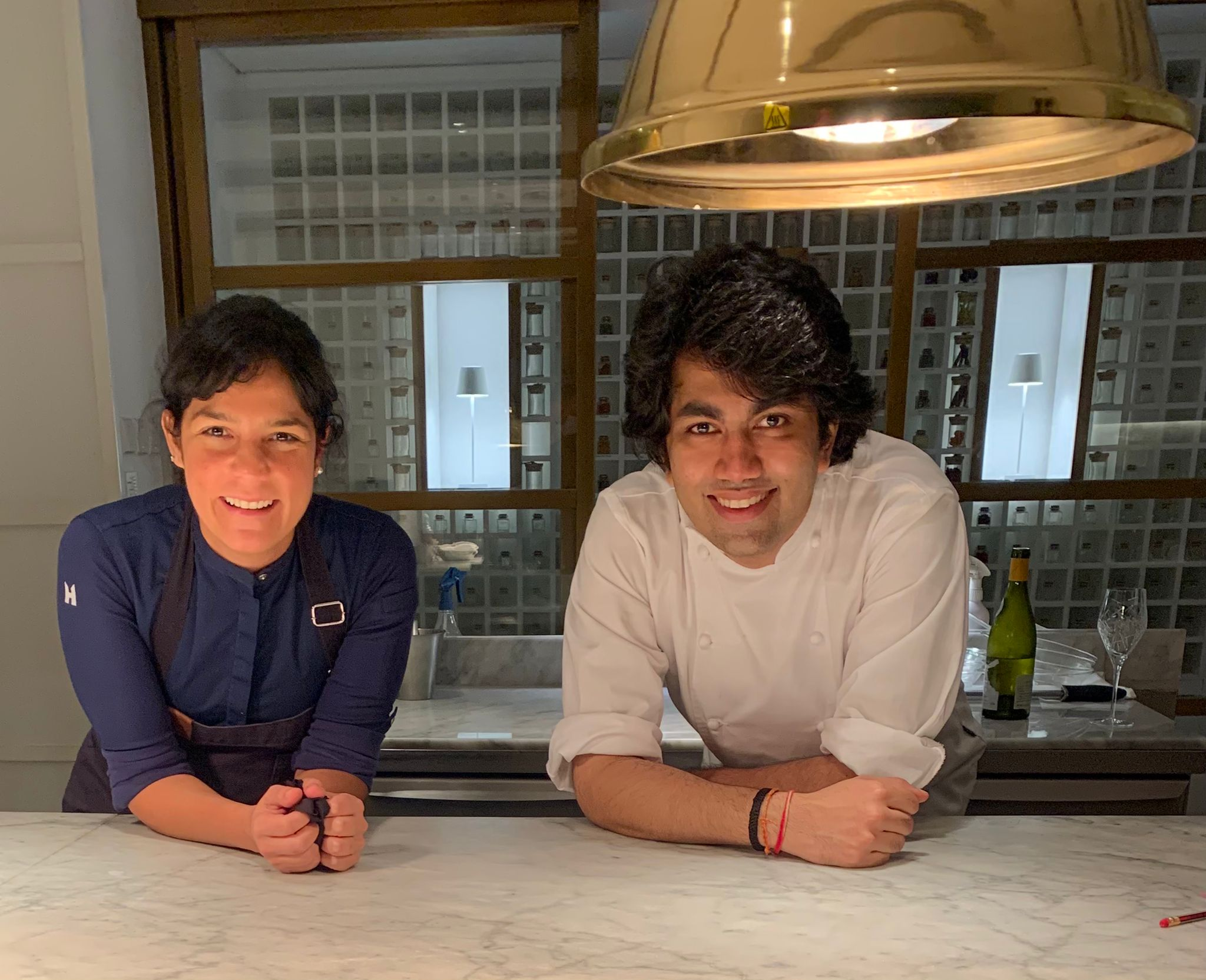 Manu Buffara e o chef Himanshu Saini, do restaurante indiano Tresind Studio.