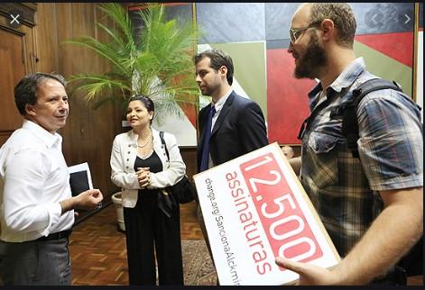 Eu, em 2013, em foto da Folha de São Paulo, militando por um projeto que eu já sabia que seria vetado