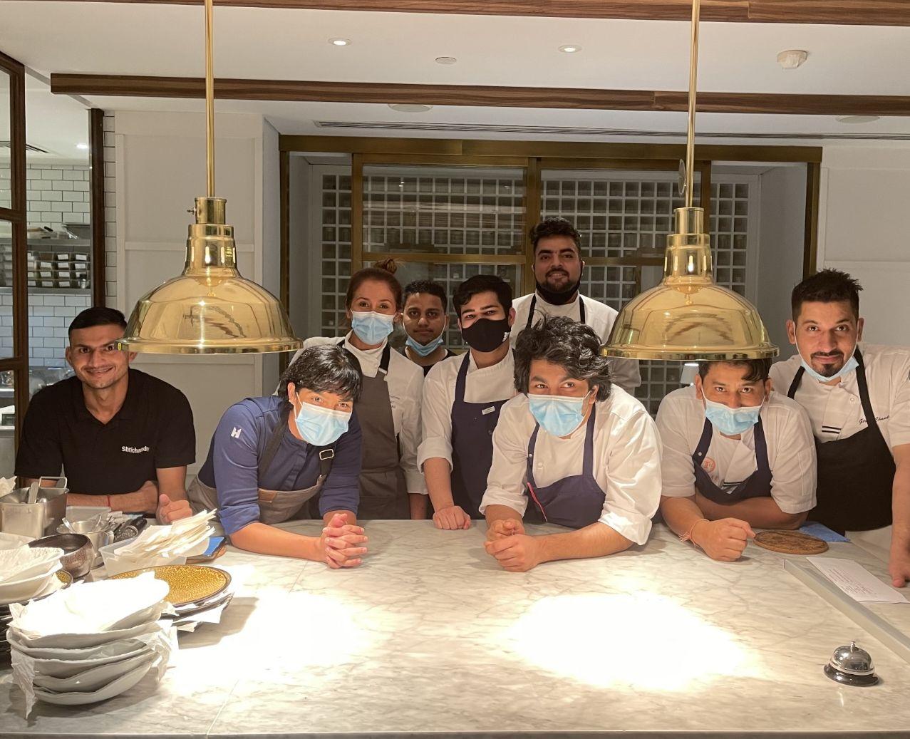 Manu Buffara ao centro, com Cláudia Krauspenhar e a equipe do restaurante Tresind Studio.