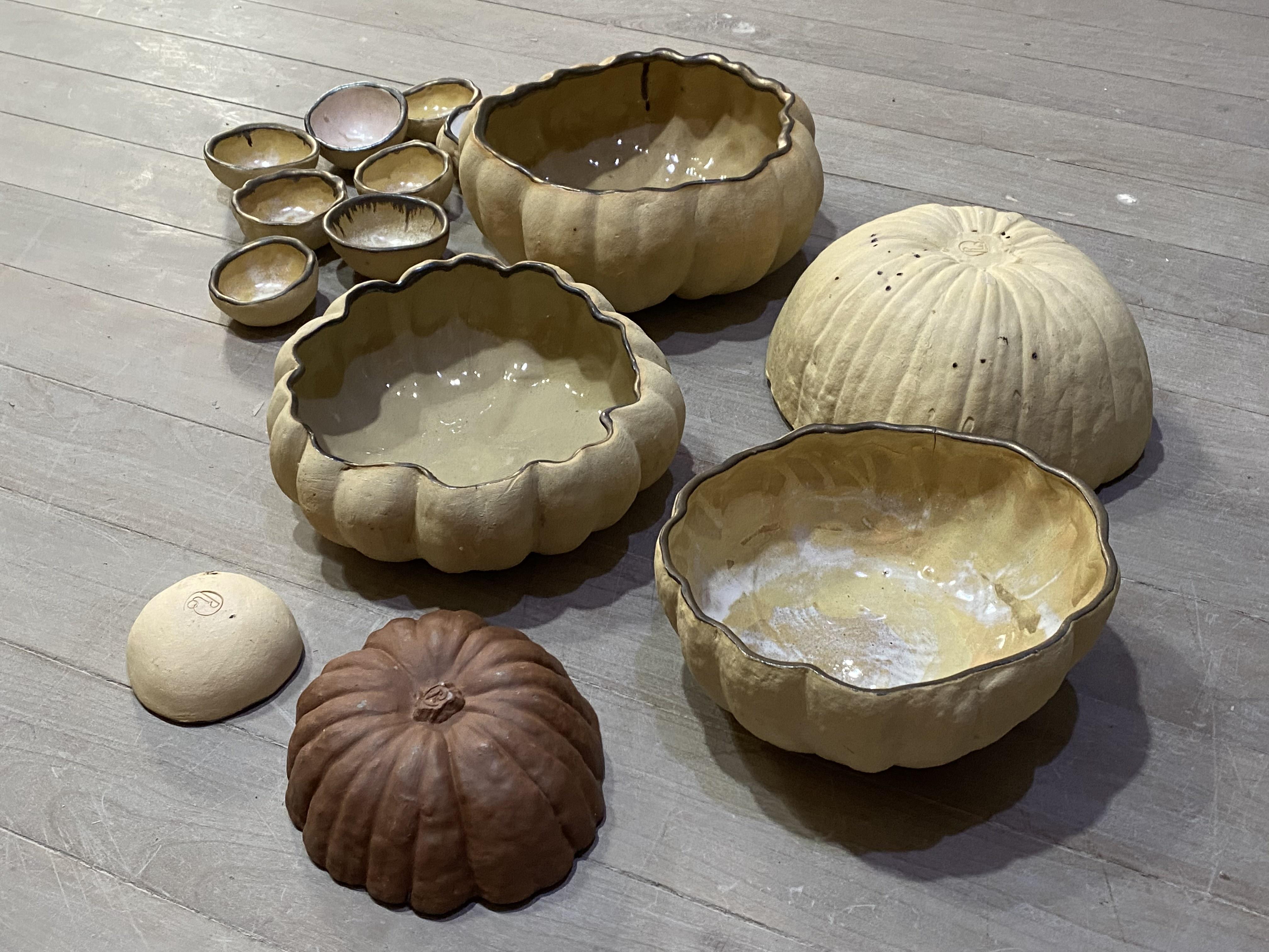 Cerâmicas que lembram as formas orgânicas das abóboras, por Rosalva Arte.