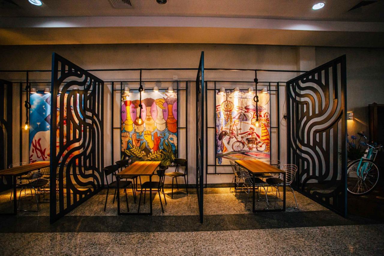 Obras de arte de artistas locais estão espalhadas por todos os cantos do Galleria 41.