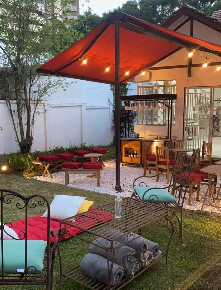 A área externa da Vino! Garden, com as mantas disponíveis aos clientes nas noites mais frias.