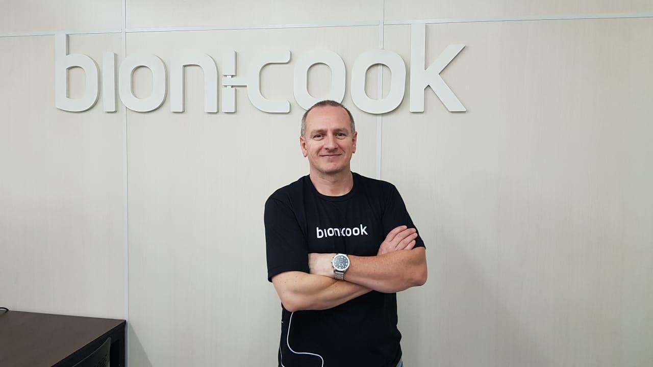 O CEO Fabio Rezler incorporou a robótica para a área de alimentação. Foto: Divullgação.