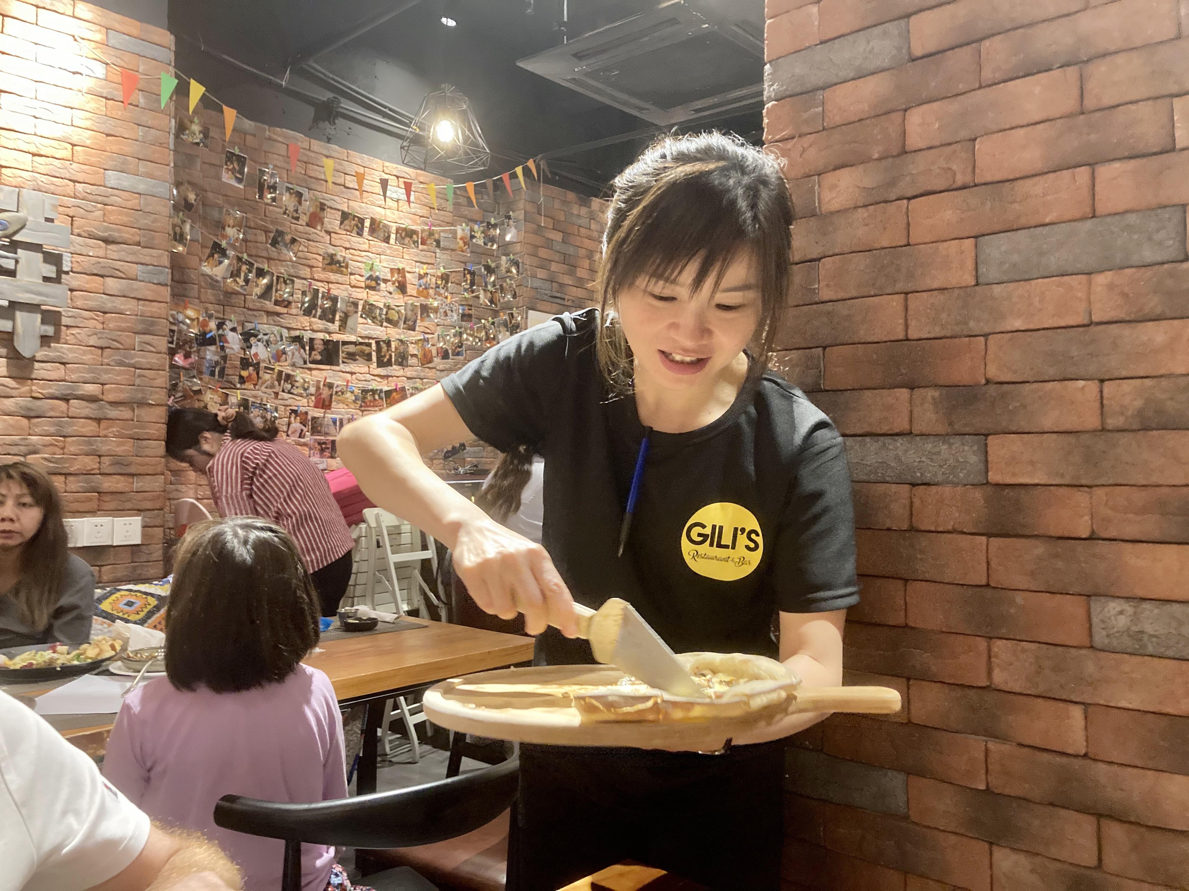 Sorriso, simpatia, empatia são engredientes especiais, toques de Chef, que nos são trazidos a mesa junto da tão sonhada pizza.