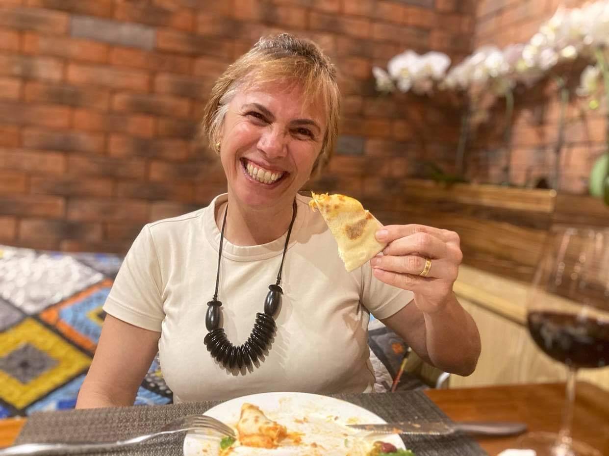 Servidos? Adoro, sem desrespeitar a etiqueta, sem fazer feio, comer pizza com as mãos. É bom demais!!