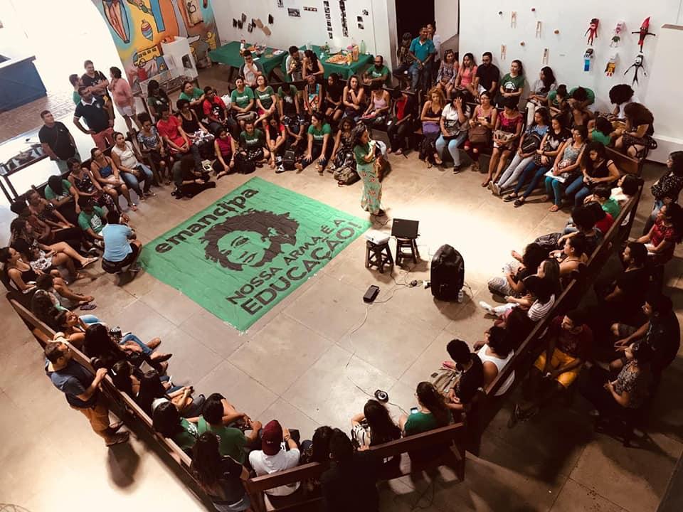 <em>  Antes da pandemia, aulas inaugurais e encontros da Rede Emancipa, que organiza cursinhos populares em vários estados do país, ocorria sempre com a bandeira de Marielle Franco. (Reprodução Facebook Rede Emancipa)  </em>