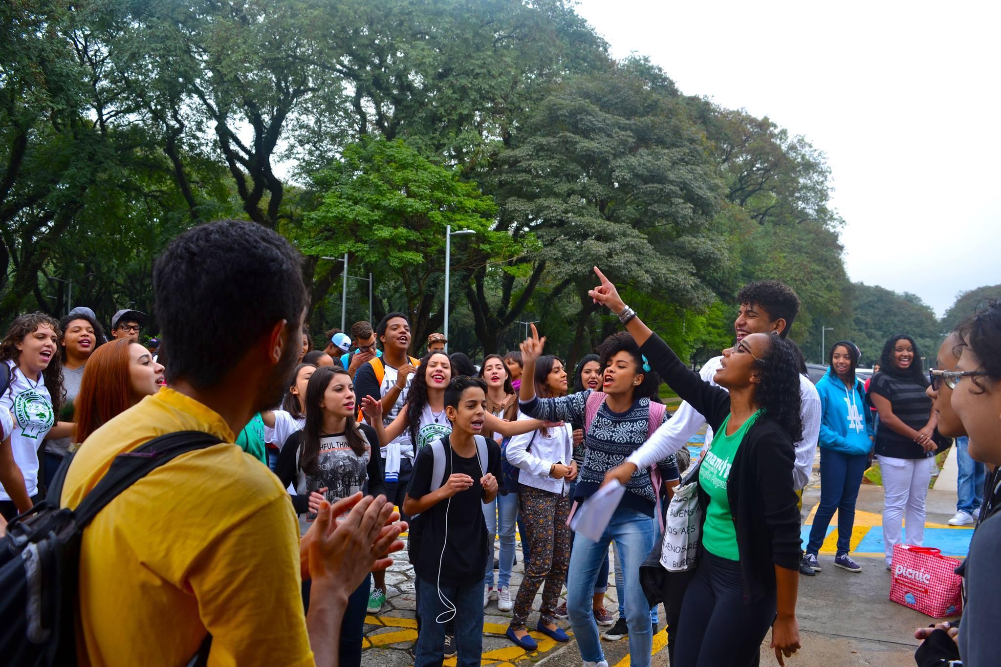 <em>Estudantes também eram convocados a participar de manifestações políticas. (Reprodução Facebook Rede Emancipa)  </em>
