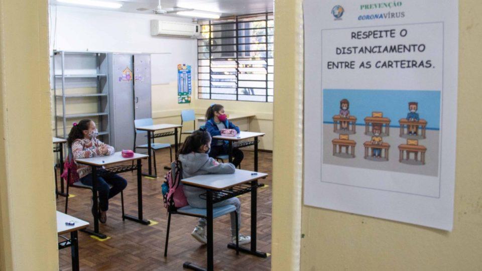 Bem mais cauteloso que no projeto inicial, Paraná retoma aulas presenciais na segunda-feira