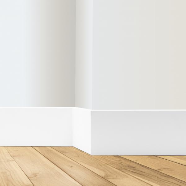 Rodapé branco em PVC Wood, da Pormade.