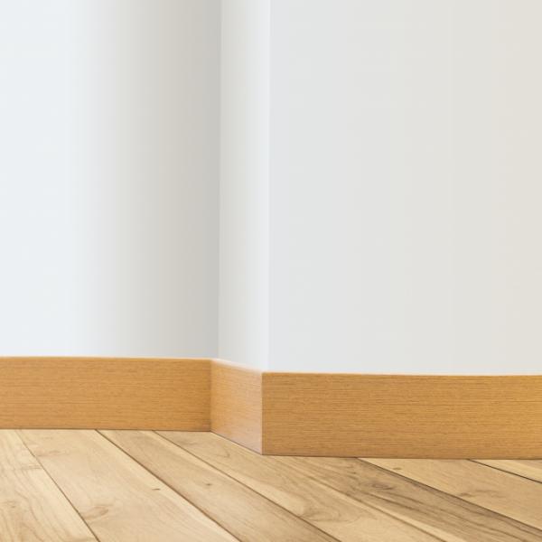 Rodapé de 5 cm na cor curupixá em PVC Wood, da Pormade.