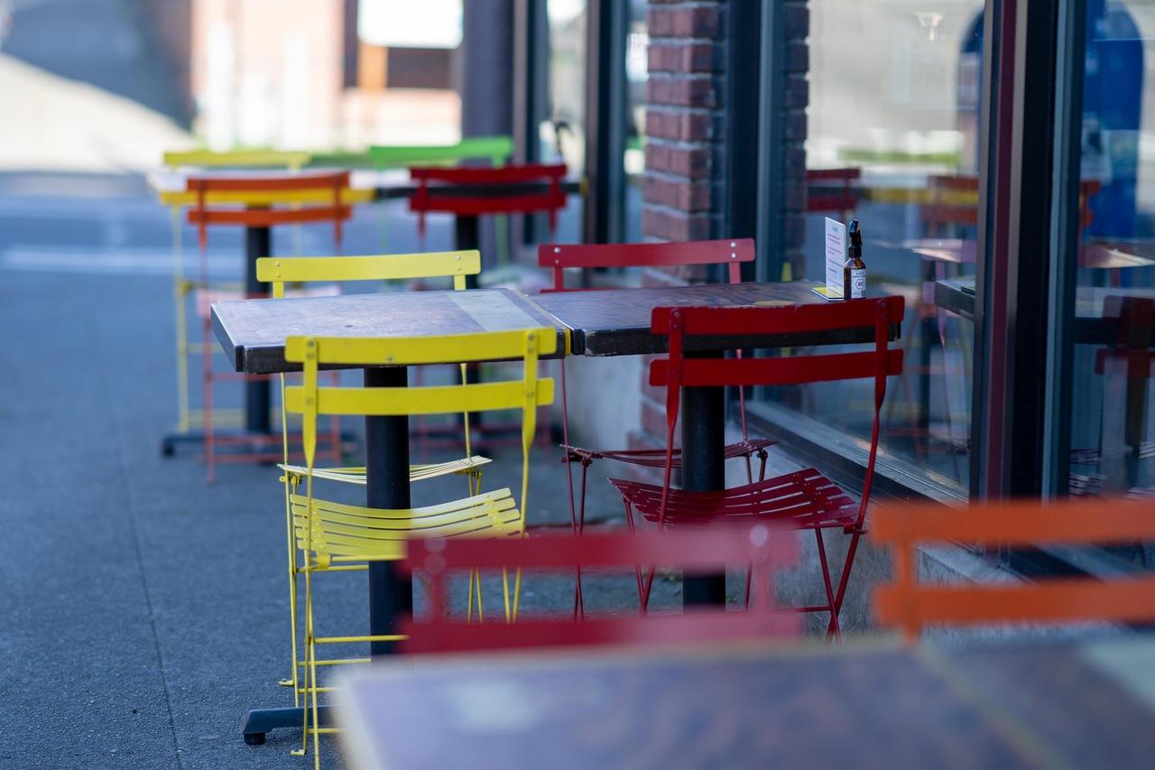 Só em 2020, 300 mil bares e restaurantes fecharam as portas no Brasil. Foto: Unsplash.