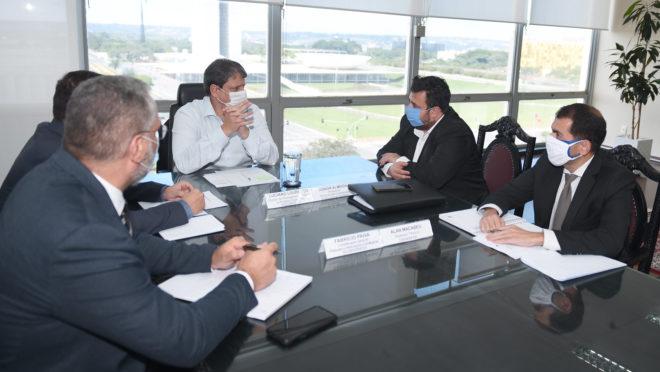 """O ministro da Infraestrutura, Tarcísio de Freitas, em reunião com o caminhoneiro Junior Almeida no dia 23 de abril: governo voltou a conversar com líderes que chegaram a ser chamados de """"grevistas""""."""