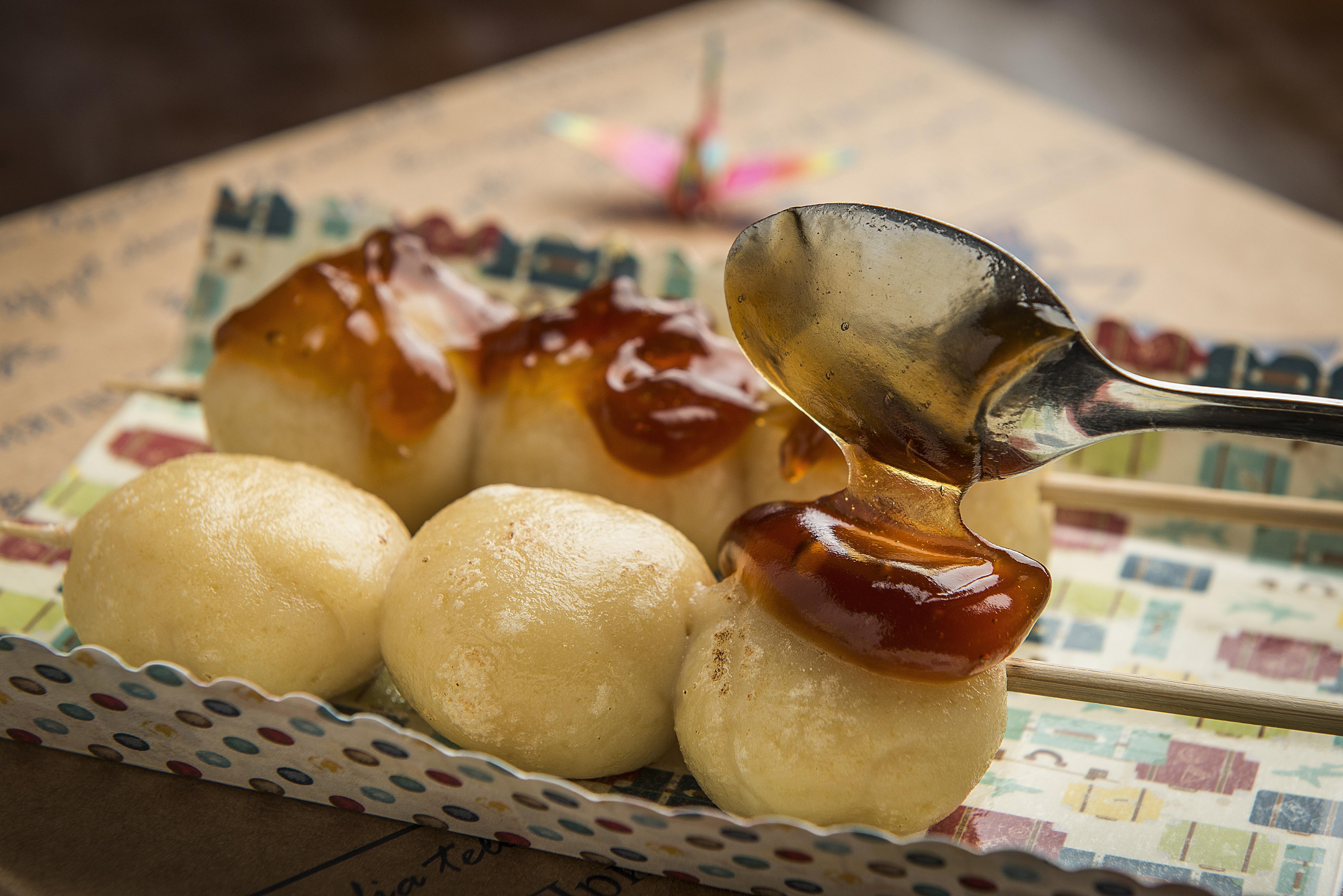 Mitarashi Dango, bolinhos que representam o Japão no kit mensal do Tortas do Mundo.