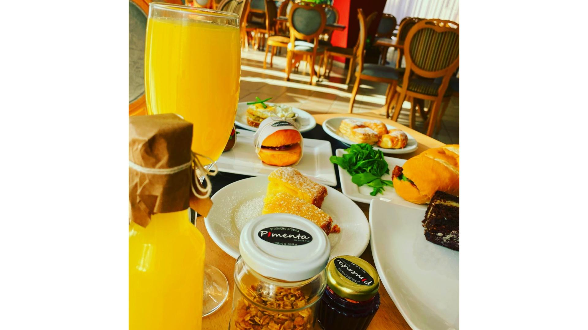 O Brunch é servido aos sábados e domingos, entre 10h30 e 16h , com mini sanduíches, Mimosinhas, sucos, saladinhas, folhados e bolos.
