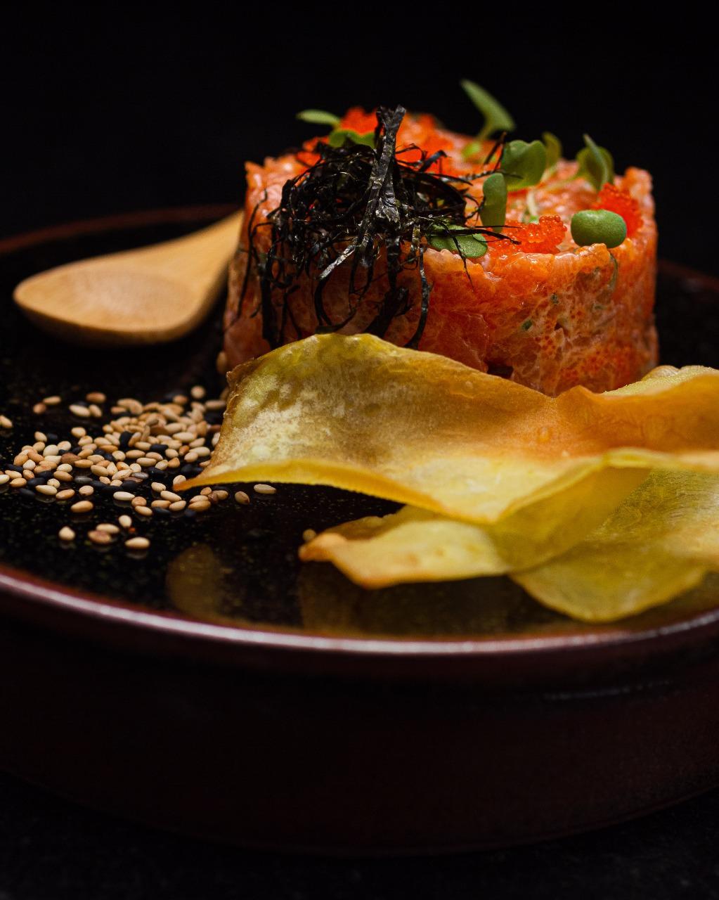 Tartar shake - Salmão picado e temperado com maionese japonesa (kewpie), pimenta tobanja e ovas de massago,servido com crocante de batatas. Somente no salão.